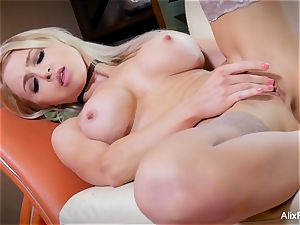 slender and muscly Alix Lynx worships her own puss