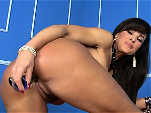super-sexy Lisa Ann stuffs her faux-cock deep in her moist poon