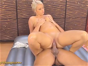 obese culo Lilith Lee gives greasy rubdown