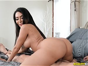 Smoking super-hot Lela star juggles her meaty donk on top
